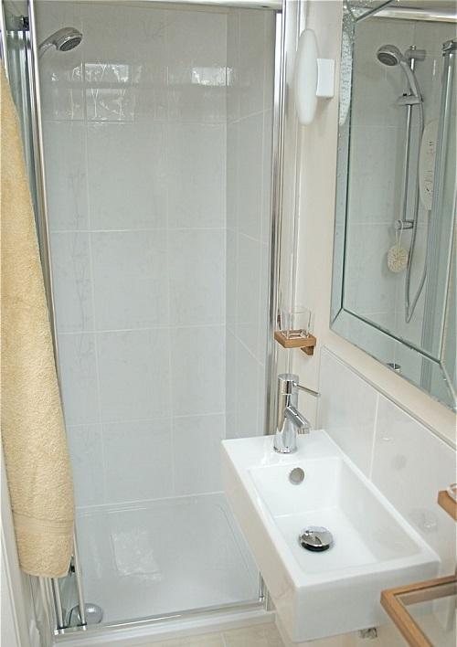 Plato de ducha en un baño pequeño