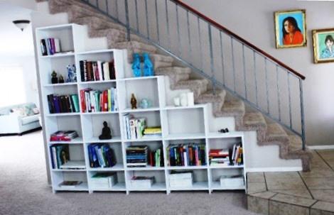 Libros debajo de la escalera